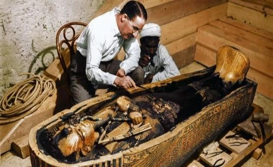 Howard Carter al momento della scoperta della tomba di Tutankhamon.