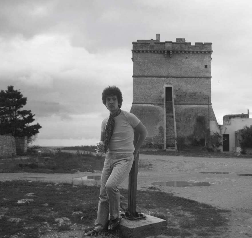 Lucio Battisti nei pressi della fontana a Sant'Isidoro.