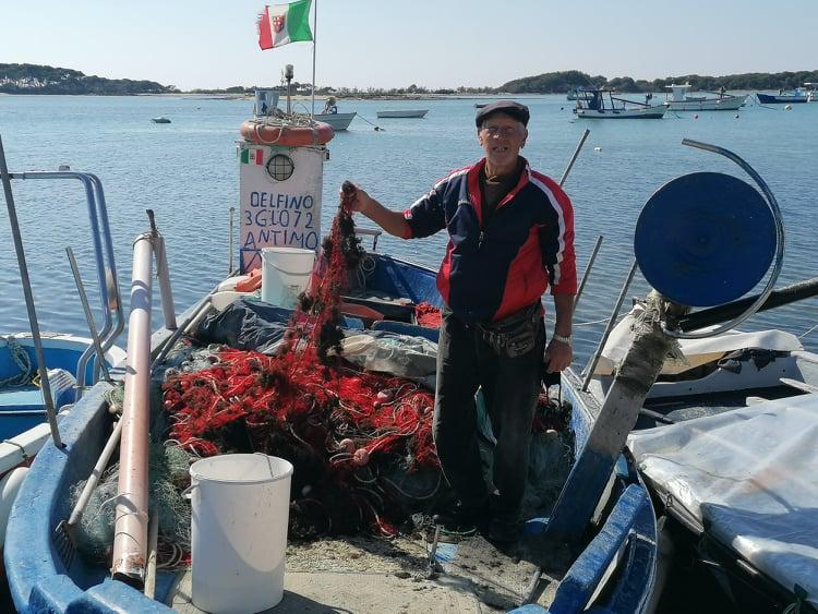 Antimo Presicce, noto cantante - pescatore a Porto Cesareo.