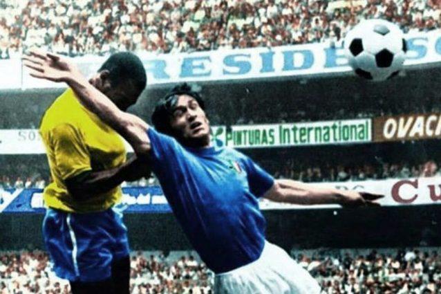 """Tarcisio Burgnich, """"la roccia"""" in un contrasto aereo con Pelé."""