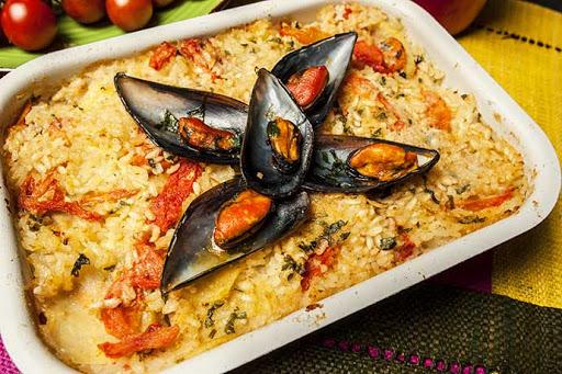 Paella pugliese, a base di riso, patate e cozze.